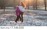 Купить «Мать и дочь греются в морозном осеннем парке», видеоролик № 7149830, снято 2 декабря 2014 г. (c) Кекяляйнен Андрей / Фотобанк Лори
