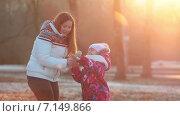 Купить «Мать и дочь в осеннем парке на закате», видеоролик № 7149866, снято 2 декабря 2014 г. (c) Кекяляйнен Андрей / Фотобанк Лори