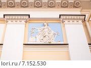 Купить «Горельеф на фасаде бывшего главного дома усадьбы князей Куракиных», эксклюзивное фото № 7152530, снято 18 марта 2015 г. (c) Алёшина Оксана / Фотобанк Лори