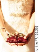 Купить «Обручальные кольца на декоративной подушке в руках невесты», фото № 7153362, снято 18 августа 2018 г. (c) Влад  Плотников / Фотобанк Лори