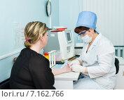 Тестовый анализ крови (2010 год). Редакционное фото, фотограф Александр Подшивалов / Фотобанк Лори