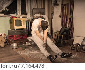 Купить «Мужчина дремлет, сидя в грязной захламленной комнате», фото № 7164478, снято 15 декабря 2014 г. (c) Вячеслав Николаенко / Фотобанк Лори