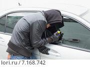 Купить «Thief breaking into car with screwdriver», фото № 7168742, снято 10 сентября 2014 г. (c) Wavebreak Media / Фотобанк Лори