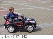 Мальчик катается на спортивной детской машине (2014 год). Редакционное фото, фотограф Ирина Буржинская / Фотобанк Лори