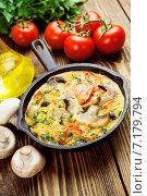 Купить «Яичница с грибами и помидорами в чугунной сковороде на деревянном столе», фото № 7179794, снято 25 марта 2015 г. (c) Надежда Мишкова / Фотобанк Лори