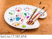 Купить «Палитра с кистями на столе», фото № 7181814, снято 22 ноября 2014 г. (c) Роман Гадицкий / Фотобанк Лори