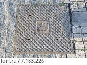 Купить «Квадратный канализационный люк. Тбилиси, Грузия», фото № 7183226, снято 25 февраля 2015 г. (c) Юлия Батурина / Фотобанк Лори