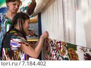 Купить «Девочка обучается плетению национальных ковров», фото № 7184402, снято 22 марта 2015 г. (c) Николай Винокуров / Фотобанк Лори