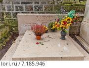 Купить «Могила французского джазового пианиста Мишеля Петруччиани на кладбище Пер-Лашез (Pere Lachaise) в Париже, Франция», фото № 7185946, снято 21 февраля 2015 г. (c) Иван Марчук / Фотобанк Лори