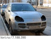 Купить «Автомобиль Porsche Cayenne с украденными фарами», фото № 7188390, снято 27 марта 2015 г. (c) Данила Васильев / Фотобанк Лори