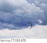 Купить «Кайт на фоне облачного неба», фото № 7192670, снято 15 сентября 2013 г. (c) Анна Полторацкая / Фотобанк Лори