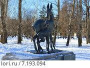 Купить «Скульптурная группа «Олень с олененком». Мемориально-парковый комплекс героев Первой мировой войны. Москва», эксклюзивное фото № 7193094, снято 16 февраля 2015 г. (c) lana1501 / Фотобанк Лори