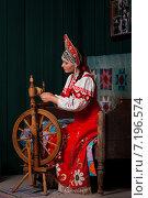 Девушка за прялкой. Стоковое фото, фотограф Игорь Чекаев / Фотобанк Лори