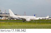 Купить «Белый пассажирский самолёт на рулёжке аэропорта», фото № 7198342, снято 28 января 2020 г. (c) Mikhail Starodubov / Фотобанк Лори