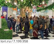 """Купить «Аттракцион """"Алиса в стране чудес"""" в Центральном детском магазине (Детском Мире)», эксклюзивное фото № 7199958, снято 31 марта 2015 г. (c) Константин Косов / Фотобанк Лори"""