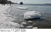 Купить «Мелкие льдины плавают на поверхности воды около берега в солнечный день», видеоролик № 7207026, снято 1 апреля 2015 г. (c) FotograFF / Фотобанк Лори