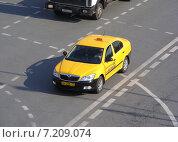 Купить «Желтое такси движется по дороге. Кремлевская набережная. Москва», эксклюзивное фото № 7209074, снято 20 марта 2015 г. (c) lana1501 / Фотобанк Лори