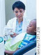 Купить «Dentist showing boy prosthesis teeth», фото № 7211218, снято 16 апреля 2014 г. (c) Wavebreak Media / Фотобанк Лори
