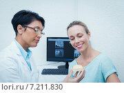 Купить «Dentist showing woman prosthesis teeth», фото № 7211830, снято 16 апреля 2014 г. (c) Wavebreak Media / Фотобанк Лори