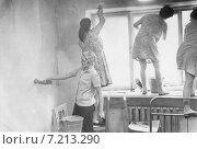Ремонт комнаты в студенческом общежитии. Томский государственный университет 1967 год. ТГУ. Редакционное фото, фотограф Алёна Кухтина / Фотобанк Лори