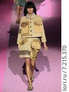 Купить «NEW YORK, NY - SEPTEMBER 11: Model Jessica Hart walk the runway at Marc Jacobs during Mercedes-Benz Fashion Week Spring 2015 at Seventh Regiment Armory on September 11, 2014 in NYC.», фото № 7215370, снято 11 сентября 2014 г. (c) Anton Oparin / Фотобанк Лори