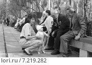 Малыш поздравляет ветеранов с праздником Победы. Редакционное фото, фотограф Зобков Георгий / Фотобанк Лори