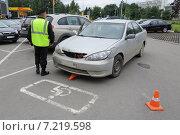 Купить «Охранник на парковке торгового центра общается с пассажиром автомобиля, нарушившего правила стоянки для инвалидов и сбившего дорожный конус», эксклюзивное фото № 7219598, снято 15 июня 2014 г. (c) Сайганов Александр / Фотобанк Лори