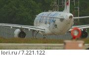 Купить «Airbus A320 выполняет руление в международном аэропорте Пхукета. Таиланд», видеоролик № 7221122, снято 28 ноября 2014 г. (c) Игорь Жоров / Фотобанк Лори