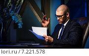 Бизнесмен за столом читает документы. Стоковое фото, фотограф Alexander Tihonovs / Фотобанк Лори
