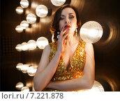 Купить «Актриса или суперзвезда в золотом платье», фото № 7221878, снято 21 октября 2018 г. (c) Дарья Петренко / Фотобанк Лори