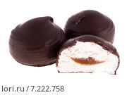 Купить «Зефир в шоколаде, изолированно на белом фоне», фото № 7222758, снято 29 марта 2015 г. (c) Литвяк Игорь / Фотобанк Лори
