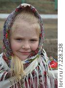 Купить «Портрет маленькой девочки в русском платке», эксклюзивное фото № 7228238, снято 5 апреля 2015 г. (c) Ольга Линевская / Фотобанк Лори