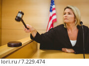 Judge about to bang gavel on sounding block. Стоковое фото, агентство Wavebreak Media / Фотобанк Лори