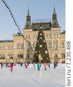 Купить «Большая новогодняя елка на катке перед ГУМом, Москва», фото № 7230498, снято 16 января 2015 г. (c) Ekaterina Andreeva / Фотобанк Лори