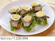 Купить «Бутерброды с вареным яйцом и языком», фото № 7230994, снято 5 апреля 2015 г. (c) Алексей Маринченко / Фотобанк Лори