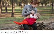 Мать кормит ребенка грудью. Стоковое видео, видеограф Потийко Сергей / Фотобанк Лори