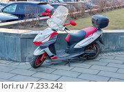 Купить «Cкутер припаркованный на улице», эксклюзивное фото № 7233242, снято 11 апреля 2014 г. (c) Елена Коромыслова / Фотобанк Лори
