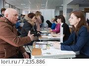 Купить «Получение консультации в центре занятости населения на ярмарке вакансий», фото № 7235886, снято 8 апреля 2015 г. (c) Victoria Demidova / Фотобанк Лори