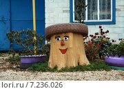 Красиво украшенный пенёк возле дома (2011 год). Редакционное фото, фотограф Александр Кожухов / Фотобанк Лори