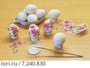 Купить «Украшение пасхальных яиц в технике декупаж», фото № 7240830, снято 10 апреля 2015 г. (c) Виктория Катьянова / Фотобанк Лори