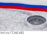 Купить «Компас на фоне российского триколора», фото № 7242682, снято 4 апреля 2015 г. (c) Сергей Сергеев / Фотобанк Лори