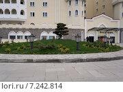 Гостиничный комплекс Богатырь, клумба (2014 год). Редакционное фото, фотограф Руслан Нунаев / Фотобанк Лори