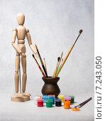 Деревянный художественный манекен, цветные краски и кисточки в керамической вазе. Стоковое фото, фотограф Полина Соколова / Фотобанк Лори