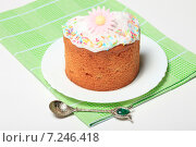 Купить «Пасхальный кулич с цветной глазурью на зеленой салфетке», эксклюзивное фото № 7246418, снято 12 апреля 2015 г. (c) Яна Королёва / Фотобанк Лори