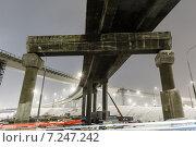 Купить «Вид на бетонную эстакаду ночью», фото № 7247242, снято 28 января 2020 г. (c) Mikhail Starodubov / Фотобанк Лори