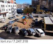 Купить «Детская площадка в окружении автомашин», фото № 7247318, снято 12 апреля 2015 г. (c) Светлана Кириллова / Фотобанк Лори