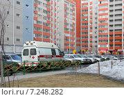Купить «Машина скорой помощи стоит во дворе жилого квартала», фото № 7248282, снято 8 апреля 2015 г. (c) Марина Орлова / Фотобанк Лори