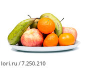 Купить «Натюрморт со свежими спелыми фруктами на белом фоне», фото № 7250210, снято 8 апреля 2015 г. (c) Евгений Ткачёв / Фотобанк Лори