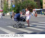 Купить «Люди переходят дорогу по пешеходному переходу, Первомайская улица, Москва», эксклюзивное фото № 7250706, снято 26 мая 2014 г. (c) lana1501 / Фотобанк Лори