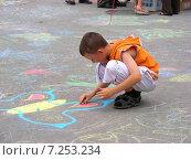 Купить «Дети рисуют мелками на асфальте на ВВЦ (ВДНХ) в Москве», эксклюзивное фото № 7253234, снято 27 июня 2009 г. (c) lana1501 / Фотобанк Лори
